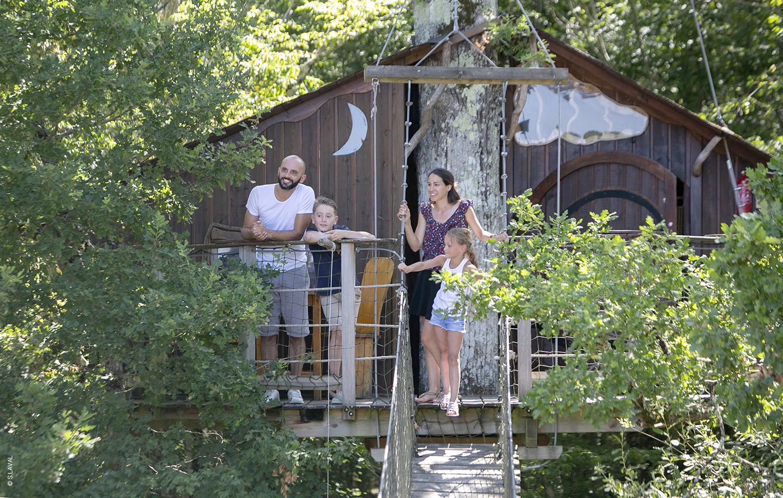 Famille perchée dans une cabane dans les arbres cabane Défiplanet' - Dienné - S.LAVAL