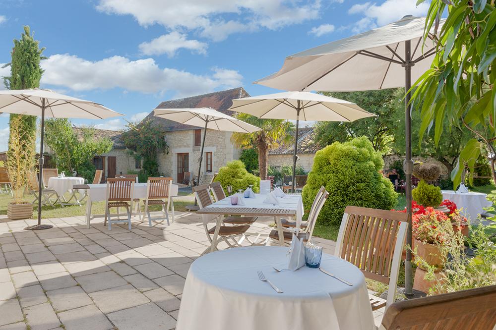 Terrasse Hotel Le Pigeonnier du Perron - Availles en Chatellerault