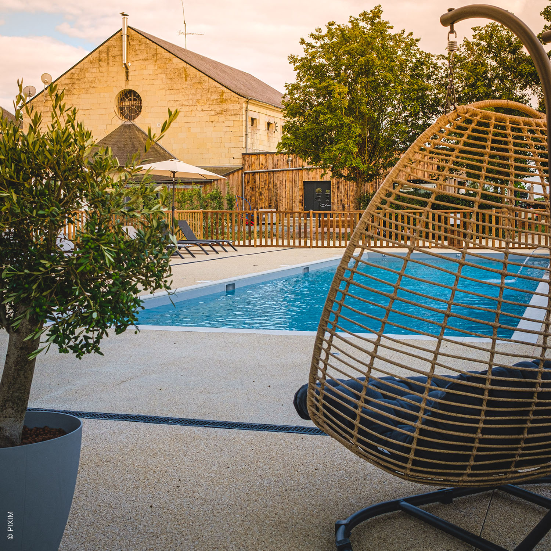 Espace bien-être piscine extérieur Domaine de Roiffé