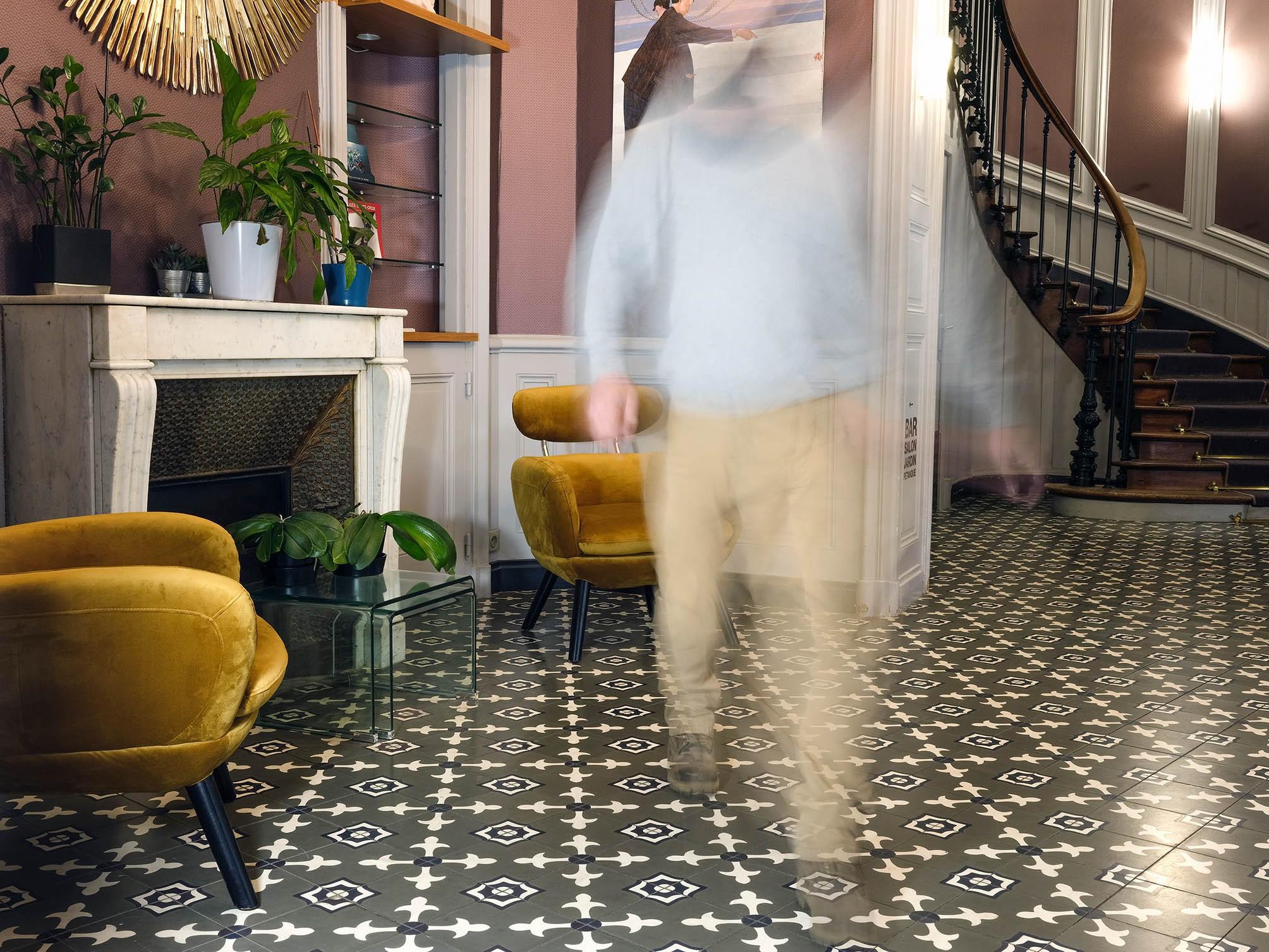 hall d'entrée avec confortable fauteuil jaune - Hôtel de l'Europe - Poitiers