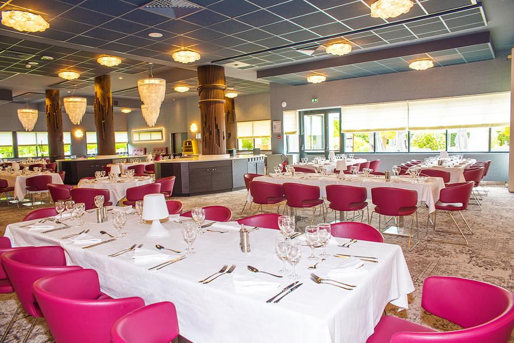 Intérieur du Restaurant avec chaises roses - Hôtel Plaza Site du Futuroscope - Chasseneuil-du-Poitou