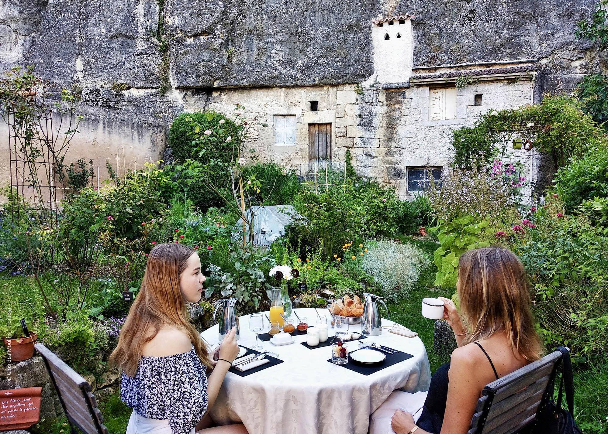 Mere fille en train de prendre un petit-déjeuner en terrasse au Clos des Moulins - Poitiers