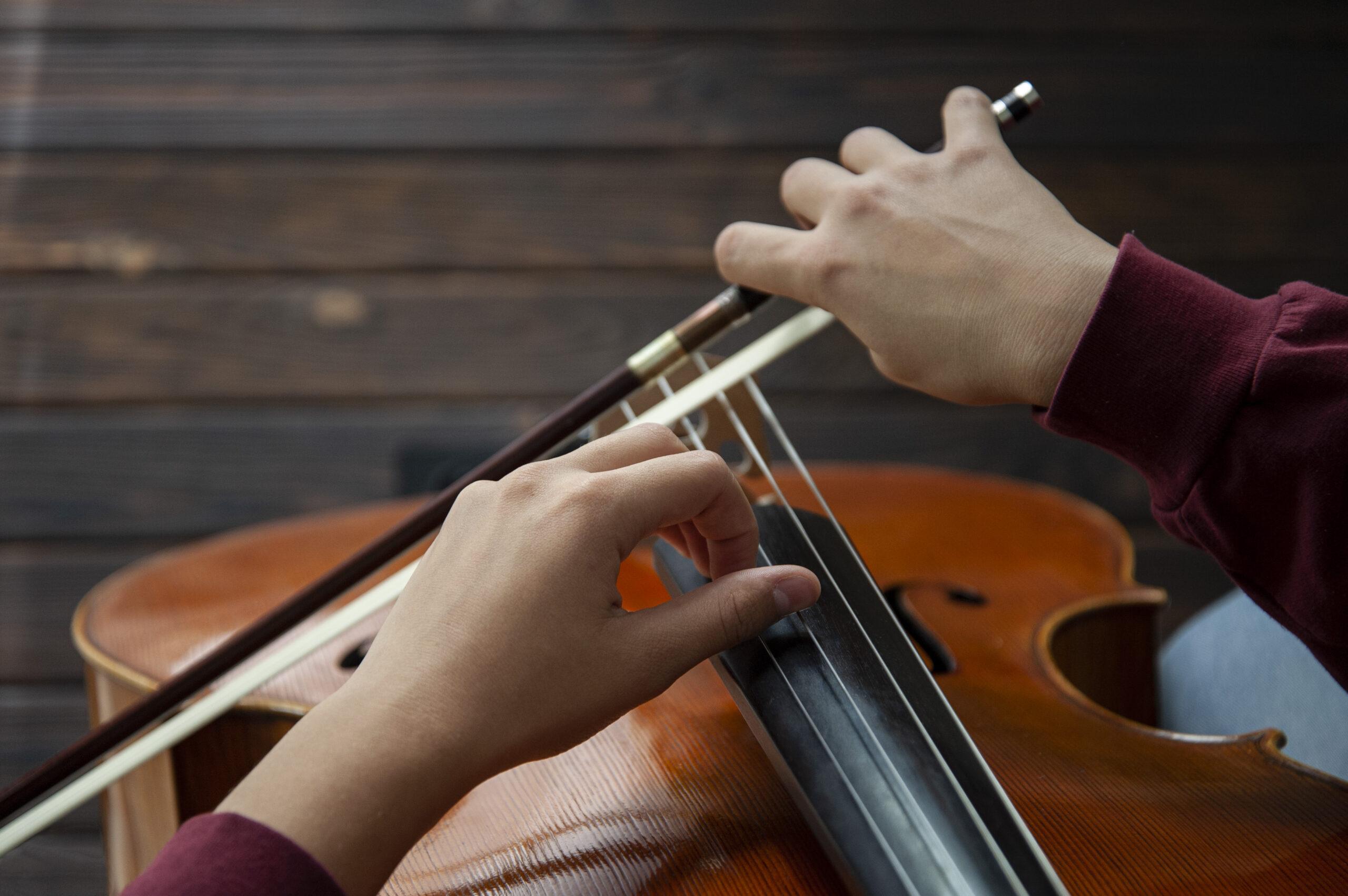 Mains d'un musicien jouant de la contrebasse.
