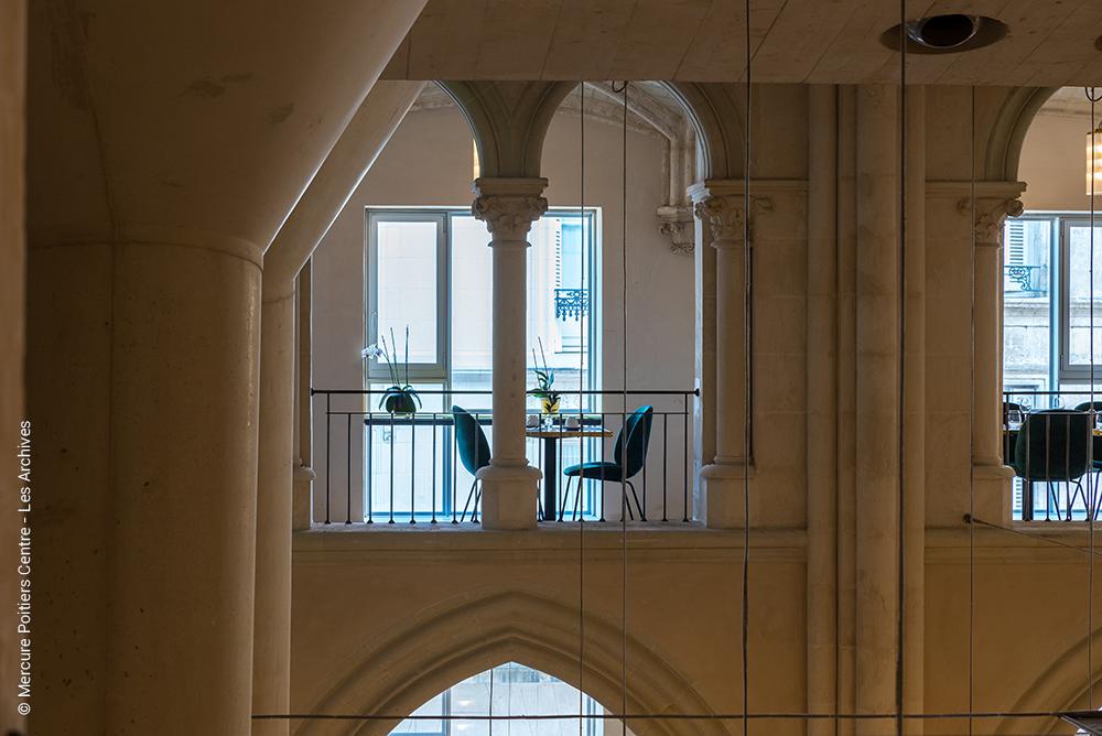 LES ARCHIVES - Hotel Mercure Poitiers - restaurant table pour deux