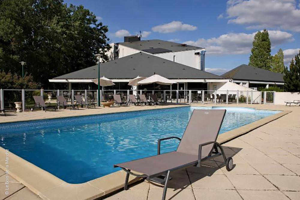 agréable piscine face au restaurant du Bois de la Marche - Fontaine le Comte