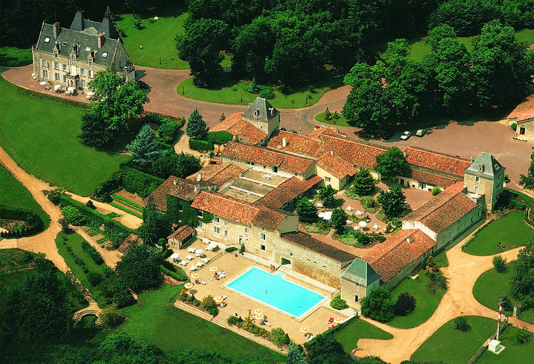 Vue aerienne du Chateau de Perigny et ses dependances avec piscine - Vouillé