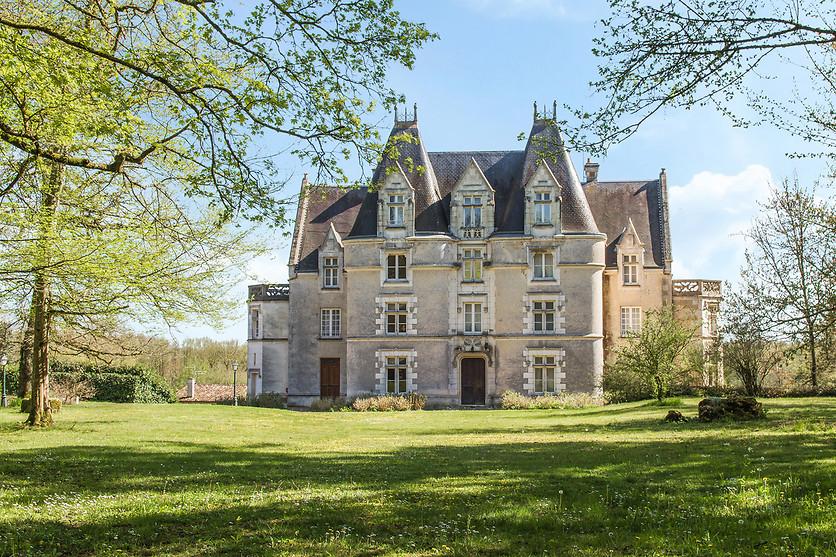 Vue exterieur du Chateau de Perigny - Vouillé