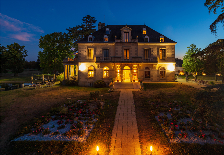Vue exterieur illuminee de nuit - Manoir de Beauvoir - Mignaloux-Beauvoir